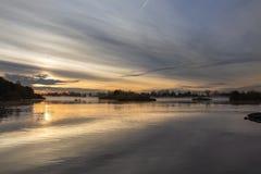 No alvorecer da manhã, pescadores nos barcos na água iluminada imagens de stock royalty free