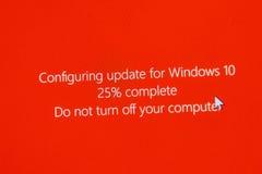 No apague su ordenador durante el configuración de Windows 10 Upgr Foto de archivo