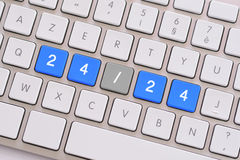 24/24 no azul no teclado branco Foto de Stock