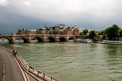 No banco 'Seine 'em Paris fotos de stock royalty free