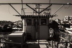 No barco de pesca foto de stock