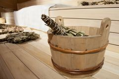No bathhouse nas prateleiras no close up da sala de vapor de uma bacia com uma vassoura de vidoeiro fotos de stock