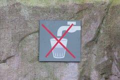 No beba el agua Imagenes de archivo