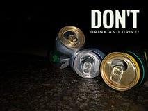 No beba y no conduzca el diseño del lema para la medida de seguridad en el camino, cosa de su seguridad imagen de archivo