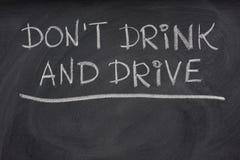 No beba y no conduzca la alerta en una pizarra Foto de archivo libre de regalías
