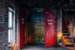 No Blokuje Zaniechanego Moser Skóra Firma, Indiana - - Porzuceni Czerwoni Pożarniczy drzwi - zdjęcia stock