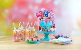 No bolo de aniversário da novidade do gotejamento da fantasia do candyland da tendência Imagens de Stock
