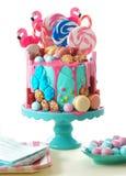 No bolo de aniversário da novidade do gotejamento da fantasia do candyland da tendência Imagem de Stock Royalty Free