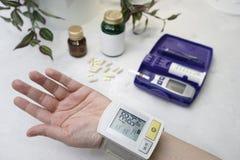 No braço é um dispositivo médico essas medidas de pressão sanguínea Em Fotos de Stock
