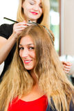 No cabeleireiro - a mulher começ a cor nova do cabelo Fotografia de Stock Royalty Free