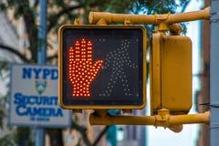 No camine la señal en una calle de Nueva York fotografía de archivo libre de regalías