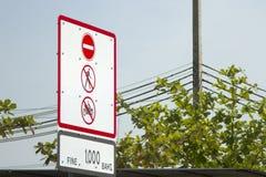 No camine y no monte una muestra motorcyclewarning contra azul Fotos de archivo libres de regalías