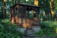 No cemitério O ferro abandonado velho brocken a cripta imagem de stock