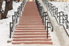 No centro da cidade no parque há uma escadaria de pedra com trilhos do ferro fotos de stock