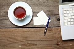 No chá, no portátil e nos cartões da tabela do vintage Fotografia de Stock