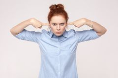 No chcę słuchać od ciebie! Agresywny imbirowy kobiety mienie Zdjęcie Stock