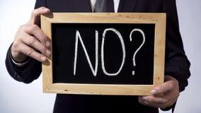 No con el signo de interrogación escrito en la pizarra, hombre de negocios que lleva a cabo la muestra, concepto foto de archivo libre de regalías