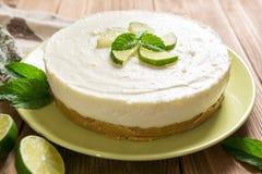 NO--cuocia la torta di formaggio con calce, il mascarpone, la panna montata e la menta fotografie stock libere da diritti