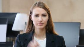 No de la mujer en oficina, no permite almacen de video