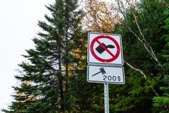 No deje en desorden con 200 dólares la señal de tráfico blanca y roja de pena foto de archivo