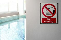Free No Diving Sign At The Poolside Warning On Blurred Swimming Pool Stock Photo - 138986360
