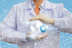 No ` do doutor s entrega o símbolo da saúde e do globo fotos de stock