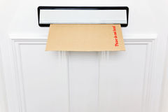 No doble por favor el sobre en un letterbox imagen de archivo