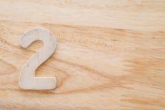 No 2 en el fondo de madera, número de la tabla para la orden de la comida Fotos de archivo