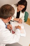 No escritório do doutor - doutor e paciente imagem de stock