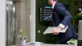 No escritório moderno o homem de negócios novo sae do escritório filme