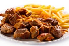 No espeto, batatas fritas e vegetais Foto de Stock Royalty Free