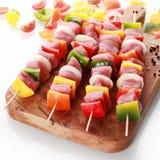 No espeto belamente apresentados da carne e do vegetal imagens de stock