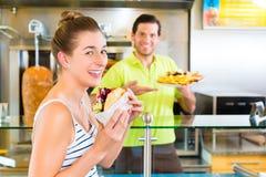 No espeto - cliente e Doner quente com ingredientes frescos Fotografia de Stock Royalty Free