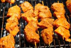 No espeto crus da galinha que cozinham em uma grade fotos de stock royalty free