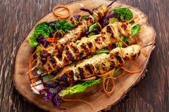 No espeto da faixa do frango assado grelhado no BBQ imagem de stock