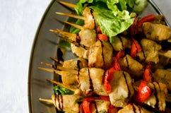 No espeto da galinha com pimenta e salada de sino Fotos de Stock