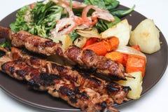 No espeto da galinha com vegetais e salada Foto de Stock