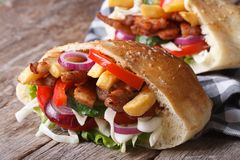 No espeto de dois doner com carne, vegetais e fritadas no pão do pão árabe Fotografia de Stock Royalty Free