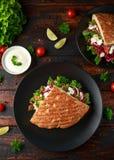 No espeto de Doner, carne fritada do cordeiro com vegetais e molho de alho no p?o turco fotos de stock royalty free