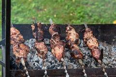 No espeto de Shashlik - assado georgian tradicional preparado Os no espeto são grelhados nos carvões na grade velha Close-up fotografia de stock