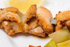 No espeto do frango assado em espetos Imagem de Stock