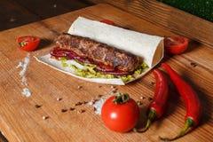 No espeto fritado no pão do pão árabe imagem de stock royalty free