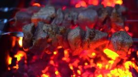 No espeto grelhado que cozinha no espeto do metal Carne Roasted cozinhada no assado Prato oriental tradicional, no espeto Grade s filme