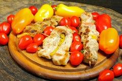 No espeto grelhados da carne com vegetais Fotos de Stock Royalty Free