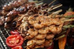 No espeto grelhados frescos do camarão e do polvo com limão e abacate imagem de stock