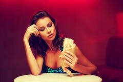 No espeto lindo comer da mulher no clube noturno fotos de stock royalty free
