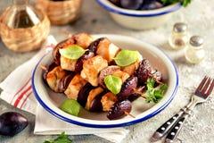 No espeto orgânico dietético da galinha com ameixas e figos em espetos de madeira fotografia de stock royalty free