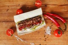 No espeto no pão do pão árabe imagem de stock