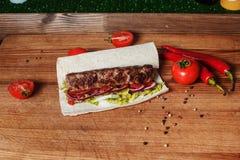 No espeto no pão do pão árabe com vegetais fotografia de stock