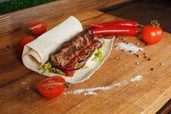 No espeto suculento no pão do pão árabe imagens de stock